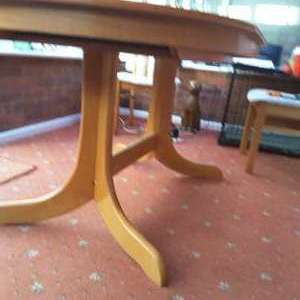 For sale: DINING ROOM TABLE - EXTENDABLE - £75